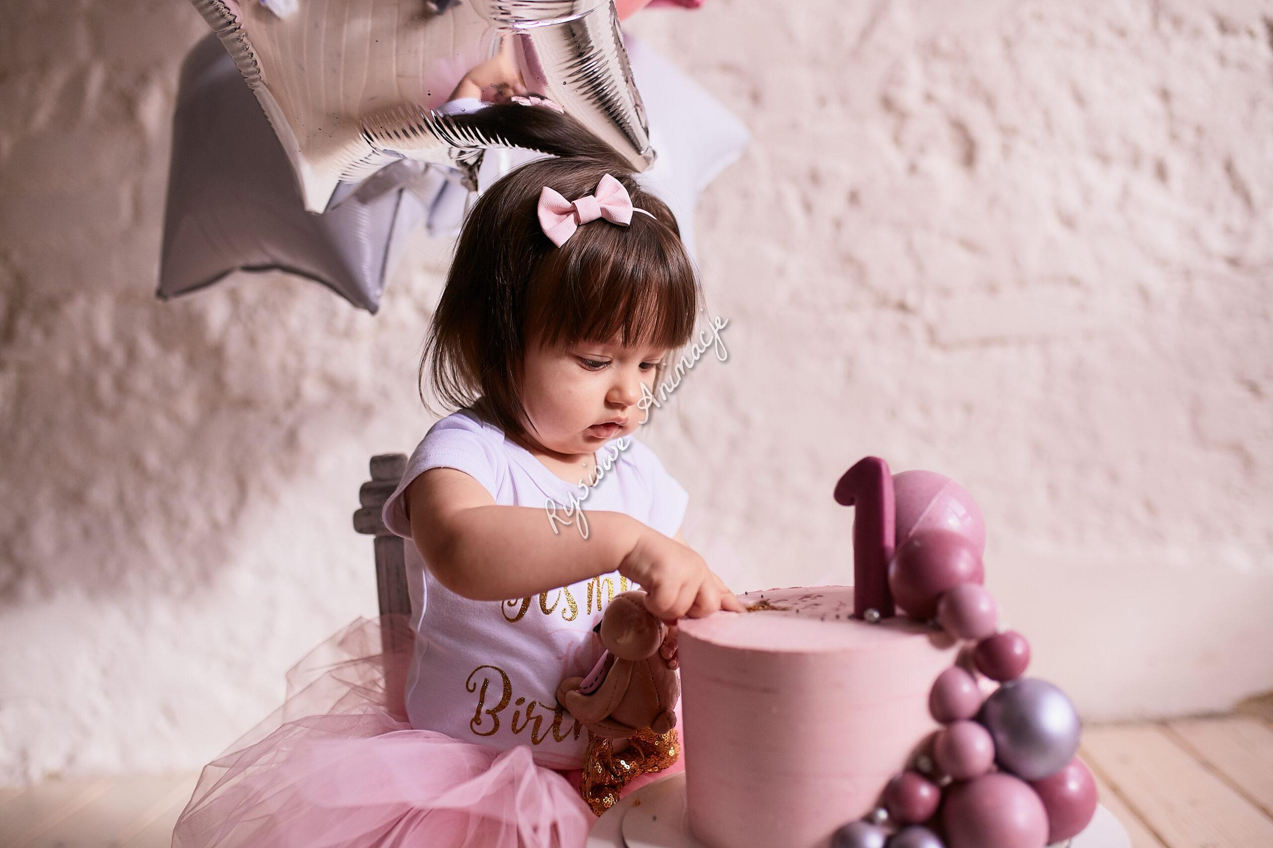 tort różowy z dzieckiem